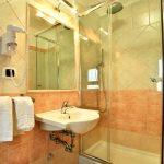 camera-matrimoniale-bagno-hotel-dei-pini-fiuggi